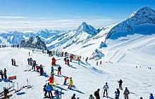 Разположен в края на долината Цилертал, тази австрийска ски дестинация е единственият курорт в Европа, в който можете да карате ски 365 дни в годината. Там е разположен и един от най-големите ледници на Стария континент. Иначе селището е малко, но с типичната планинска атмосфера и много луксозни хотели, в които да отседнете.  ЕLLE съвет: Не пропускайте и уникалните apres-ski барове, в които купонът започва още от ранния следобед.