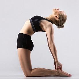 Трети ритуал: целта е да върнете доброто си настроение. Изпълнено веднага след втория ритуал, това упражнение стимулира чакрата в гърлото. Застанете на колене, поставяйки ръцете по продължение на бедрата. Наведете глава напред колкото можете по-надолу, така че брадата да натисне гърдите. След това се наклонете, колкото е възможно назад, вдигайки главата и изпъвайки брадата максимално назад. Очите следят движението на главата. Наклонете се отново напред и повторете. Съгласувайте движенията с дишането. В самото начало издишайте дълбоко, извивайки се назад, и вдишайте. Връщайки се в изходно положение – издишайте.