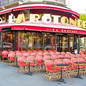 """LA ROTONDE  Намира се в шести район на Париж. Мястото е било любимо на Франсис Скот Фицджералд, Ърнест Хемингуей, Гертруд Щайн, Томас Елиът, но и на Пикасо и Амедео Модилиани. Хемингуей споменава кафенето в """"И изгрява слънце"""", а героят му Джейк Барнс казва: """"Независимо до кое кафене в Монпарнас кажете на таксиметровия шофьор да ви закара, той винаги ви кара до Ротондата"""". Адрес: 105 Boulevard Montparnasse"""