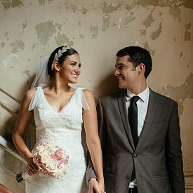 """От 23 август до 22 септември - ДЕВА -  През септември сватбите са най-примерени от гледна точка на организацията - следи се таймингът се следи изкъсо. Това този период, в който педантичната перфекционистка Девата влиза в сила. По това време самите церемонии не са шумни и хаотични, а сърдечни и сантиментални. От началото на брачния живот под покровителството на Девата вие ще се фокусирате върху малките неща. Съществува и известен риск в това - да се влегждате в малките детайли и напълно да забравите за голямата картина. Честно, сериозните проблеми хващат двойката настрана. Безусловното доверие е надеждна основа за бъдещата """"златна сватба""""."""