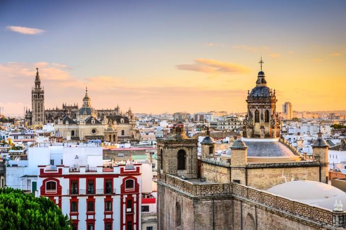 Севиля е пълна с исторически забележителности.