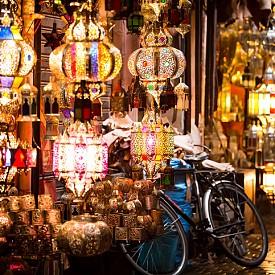 Цветните фенери също са сред най-често срещаните гледки на пазарите в Маракеш