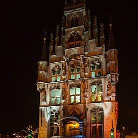Сградата на кметството, осветена само от свещи.