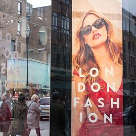 До Лондон и назад  Ако съчетаете билет от нискотарифна самолетна компания и шопинг по време на разпродажбите, ще направите истински удар. Най-прочутите места за пазаруване са магазините Harrods и Selfriges и бутиците по Bond Street, Oxford Street и Kensington High Street. В Selfriges ще откриете дизайнерски аксесоари (чанти, обувки, колани) на добра цена. За Harrods отделете поне един ден и най-добре се съсредоточете върху парфюмите и козметиката, тъй като там са много по-евтини, отколкото на други места в Европа. Поне така твърдят познавачите. Мечтаете за обувки или чанта на Jimmy Choo? Няма проблем – магазин има на 27, New Bond Street. В Лондон може да намерите по-евтино и аксесоари на Burberry - чанти, чадъри, шалове. Адресът? 10, St. Albans Street. Не пропускайте да минете и през Portobello Road Market в артистичния квартал Notting Hill.