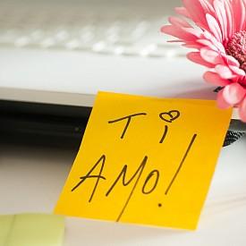 ЛЮБОВНИ БЕЛЕЖКИ / Всеки обича да намери една такава, особено в най-натоварения момент в офиса. Скритите валентинки са 100%-ов начин да събудите романтичното настроение. Скрийте една такава в лаптопа му, в обувките, които тя обува за офиса, в кутията с обяда. Идея: направете валентинката си под формата на QR код.