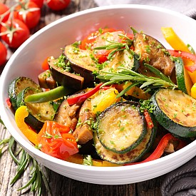 Обяд – картофени кюфтета с рататуй (готвени зеленчуци).  Сварете 200 г картофи, обелете ги и ги минете през преса. Оставете да изстинат малко. През това време пригответе рататуя - нарежете 250 г чушки и ги запържете в тиган с много малко олио. Добавете 100 г нарязани домати и 50 мл зеленчуков бульон и задушавайте около 5 минути. Сложете сол и пипер. Смесете картофите  с 1 яйце, 80 г нискомаслена извара и 1 лъжичка брашно. Добавете сол, пипер и индийско орехче. Направете от сместа 4 кюфтета и ги изпържете от двете страни в тиган, намазан с олио, докато станат златистокафеникави. Сервирайте с рататуя. Около 350 калории