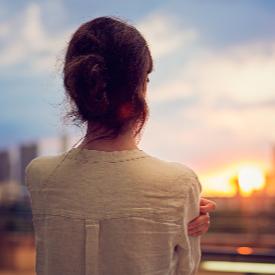 Самотата невинаги се изживява като драма, а по-скоро като пауза, наложена от живота.