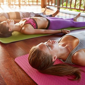 Втори ритуал: целта е да се тонизират коремните мускули, да станат по-гъвкави гръбначните и да се подсилят краката. Легнете по гръб, нека ръцете са отстрани на тялото, с длани, обърнати към пода и леко обърнати една към друга. Изпънатите крака повдигайте до вертикално положение и ако ви е възможно, повдигнете и главата. После, без да свивате краката, бавно ги отпускайте за няколко секунди, преди да повторите да ги вдигате. Гърбът трябва да е залепен за пода и да натоварвате коремните мускули. Ако в началото ви е трудно да повдигнете изправени краката, повдигнете бедрата със свити колене и с малко повече усилие ги изправете.