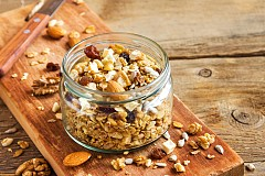 Закуска –  мюсли с лешници Запечете леко 25 г овесени ядки и 1 ч. л. нарязани лешници  и ги залейте със 150 г нискомаслено прясно мляко (1,5 % масленост). Смесете мюслито с една нарязана на кубчета райска ябълка. Около 250 калории