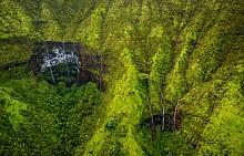 Кратерът Уайалеале също се намира в западната част на острова. Това всъщност е... най-мокрото място в света. Има уникално красиви водопади, които най-добре ще разгледате по време на разходка с хеликоптер.