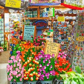 Освен пресни зеленчуци и плодове, по пазарите на Амстердам можете да си купите свежи лалета или други цветя, които биха ви донесли страхотно green настроение в дома.