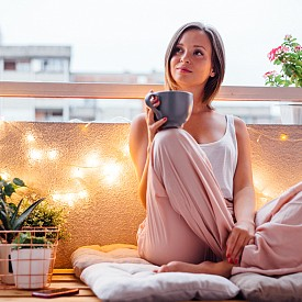 3. Така нареченият БАЛКОНИНГ, при който подготвяме терасата за слънчевия сезон, също е свързан с уют. Особено ако балконът е приютил възможно повече възглавници и пуфове.