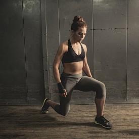 НАПАД. Натоварват се четириглавите мускули, задните бедрени мускули, седалищните мускули.