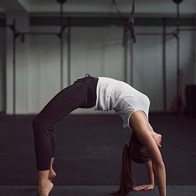 Четвърти ритуал: целта е да се стимулират всички енергийни центрове. Седнете с изпънати напред крака, с ръце отстрани на тялото и длани на пода. Повдигнете тялото си, сгъвайки коленете така, че краката и ръцете да са във вертикално положение, а останалата част от тялото - от коленете до раменете, да е хоризонтална. Брадата е притисната към гърдите, но преди да вдигнете тялото, я изпънете, колкото е възможно по-назад. В хоризонтално положение всеки мускул е под напрежение и това стимулира енергийните центрове, а самият ритуал въздейства върху цялостната невромускулатура.