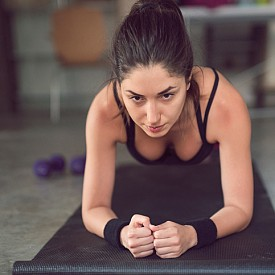 Пети ритуал: целта е пълна ревитализация. По подобие на известната позиция, в която йогите посрещат слънцето, и това упражнение енергизира цялото тяло. В изходно положение легнете по корем, като се опирате на дланите и пръстите на краката. Пръстите на ръцете сочат напред и коленете не опират пода. Започнете ритуала, като отпуснете главата назад, след това преминете в положение, при което тялото прави остър ъгъл с таза нагоре. Едновременно с това приберете главата към гърдите. Ръцете и краката са опънати. След това се върнете в изходно положение. Старайте се да извиете гърба, колкото може назад - трябва да усещате опъване в раменете и гръдния кош. Правете паузи с максимум напрежение за всички мускули в двете крайни положения.