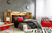 Собственикът на тази спалня е измислил функционален начин да употреби иначе неизползваемото пространство около леглото