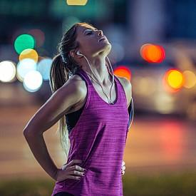 ... да спортувате до късно.  Леката тренировка в следобедните часове не може да смути нощния сън, но ако спортувате по-късно по вечерно време и то интензивно, рисковете са налице. Спортът повишава телесната температура и стимулира производството на адреналин – хормон, който ни прави бдителни и енергични. За сметка на това медитацията и упражненията по йога,  практикувани редовно и достатъчно часове преди лягане, могат да улеснят заспиването.