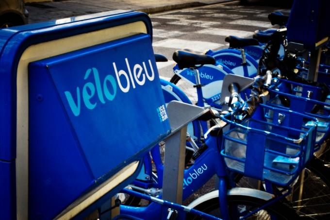 Велосипедите под наем Velo Bleu струват 1,50 евро на ден, 5 евро на седмица или 15 евро годишно.