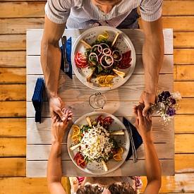 ПРИГОТВЕТЕ ВЕЧЕРЯ... КАТО В РЕСТОРАНТ / Да приготвите марокански таджин за 2-3 часа след работа е практически невъзможно. Поръчайте го в ресторант и уговорете доставката до дома си. Предложете на партньора си да вечеряте нещо леко, защото сте уморена или ви боли стомах. Така изненадата ще е гарантирана.