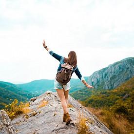 Движение. Ходене или изкачване на стълби по 30 минути на ден е достатъчно, за да противодейства на стреса. Физическата активност стимулира мозъка да блокира секрецията на адреналин и норадреналин.