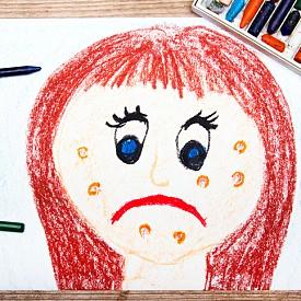 Знаете ли, че: Стресът и паник атаките могат да причинят акне, независимо на каква възраст сте? Връзката между двете е хормонът кортизол, хормонът на стреса, който увеличава възпаленията и причинява пъпки. Намаляването на напрежението не е лесно, но можете да си помогнете, като се върнете на първата точка от деня, а именно заложите на козметиката срещу несъвършенства.