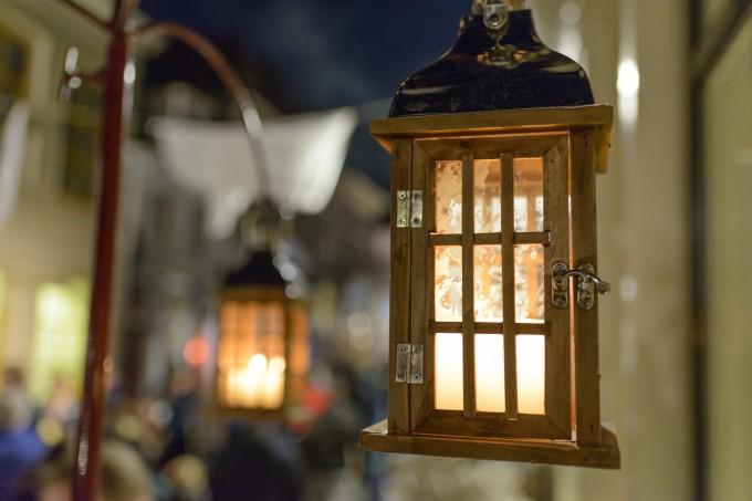 Уличното осветление угасва, заменено от стотици свещи...