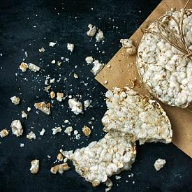 Втора закуска – оризови вафли.  2 оризови вафли по 30 г намажете със смес от кисело мляко и течен шоколад. Към това изпийте едно еспресо или чай без захар или с подсладител.  Около 150 калории