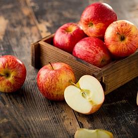 """Това вероятно е най-популярният суперпродукт. И вече дълги години се препоръчва хората да се придържат към дозата от една ябълка на ден, като се разчита така да си осигурят необходимите им полезни вещества. Защото в една ябълка се съдържат нужните за деня витамини и минерали. В този плод има и пектини, които са необходими за нормалното храносмилане, освен това те понижават нивото на """"лошия"""" холестерол. Ябълката е богата и на кверцитин, флавоноид, който защитава от алергии и предпазва от проблеми със сърцето. А най-хубавото от всичко е,че ябълките са на достъпна цена."""