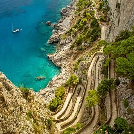 Древният път Via Krupp на о. Капри. Островът се намира на крайбрежието на Тиренско море в Италия. Двата основни града – Капри и Анакапри са на разстояние от около 2,5 км един от друг. Живописният остров е прочут морски курорт, с невероятни места за селфи, особено от върха към скалистите блокове, пръснати в морето, но плажовете в заливчетата му са малки и тесни, често шезлонгите и чадърите са на гъсто разположени върху бетонни плочи.