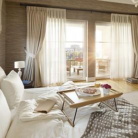 """""""За стените на спалнята е най-добре да използвате платове или текстилни тапети. Те защитават от шума."""" Джеки Астие, интериорен дизайнер"""