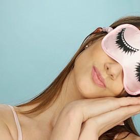 СПЕТЕ ДОСТАТЪЧНО / По време на дълбок сън тялото произвежда повече естроген и прогестерон. Те стимулират естествените механизми на възстановяване на кожата. Хормоните помагат да се справи кожата лесно с проблема акне. Опитайте се да спазвате определени ритуали  - това отпуска психиката и настройва организма за пълноценна почивка и възстановяване.