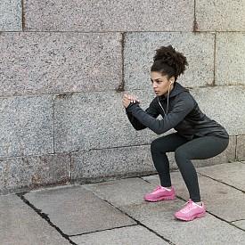КЛЕК. Натоварват се мускулите на бедрата (четириглав бедрен мускул и задно бедро), седалищните мускули, прасците и коремните мускули.