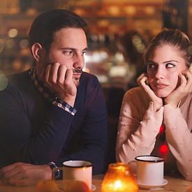 """Девите са балансирани и спокойни. Те държат своите емоции под контрол, но също така могат да бъдат изключително ревниви. Особеното при тях е, че те често натрупват малки """"разочарования"""" и така съставят една критична картина, която може да унищожи дори най-стабилната и успешна връзка. Представителите на този зодиакален знак чувстват, че е важно да имат общо бъдеще и общи интереси с партньора си, но в същото време те не харесват, когато и двете страни имат собствен живот. Ако нещо не се харесва на Девите, те няма открито да изразят недоволството си, докато внимателно не проучат ситуацията и не се уверят в своята правота."""