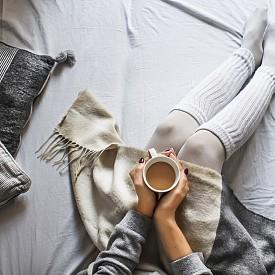 Студени ръце и крака? Това може да е болестта на Рейно Болестта на Рейно е хронично заболяване, свързано отново с нарушеното кръвообращение. При студено време или вследствие на емоционален стрес в продължение на няколко минути до няколко часа може да се появи усещане за студ, при което пръстите на ръцете и краката побеляват и стават свръхчувствителни. Симптомите обхващат също носа, устата и ушите. Ако получите такава криза, приберете се на топло и масажирайте внимателно засегнатите части.