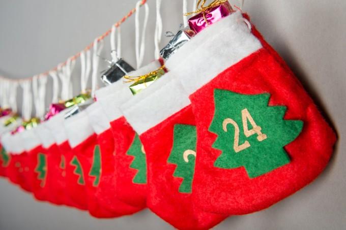 Купете коледни чорапи или торбички, номерирайте ги и...