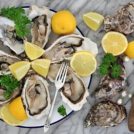 2. СТРИДИ: И докато сме на тема морски дарове, да не забравяме, че стридите също са били считани за долнокачествена храна. Преди замърсяването на океаните те били в такива изобилни количества, че никой не им обръщал внимание. Или по-точно, никой не се впечатлявал, ако ядете стриди. ОБРАТЪТ: С намаляването на стридите в световните води се покачила и цената им. Ако в началото на ХХ в. купчините черупки от изядени стриди били обичайна гледка край бреговете на река Хъдсън в Ню Йорк, след индустриалното замърсяване оцелелите стриди там били забранени за консумация заради натрупаните токсични вещества в тях. Днес, поради ограниченото им предлагане, отношението ни към тях е далеч по-изискано.