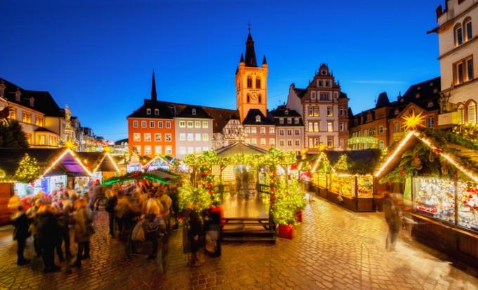 Коледният базар в центъра на стария град в Триер, Германия.