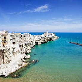 Ако се чудите как изглежда шпората на италианския ботуш, идете до Виесте. На картата на Италия малкото, но красиво градче е разположено точно на шпората на ботуша. Врязано навътре в морето, то е идеално място за по-дълга почивка и мноооого снимки!