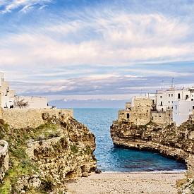 Полиняно а маре е крайбрежното бижу на Пулия, Италия. Лесно и бързо се стига с влак от Бари. Плажът, който се врязва точно под скалата, върху която е построено градчето, е със син флаг и си струва не само да се снима, но поне за няколко часа да се използва. Не е невъзможно, дори в пиковия сезон през август, защото туристите обикновено минават през Полиняно а маре набързо и тълпите не са чак толкова страшни, колкото на други места в Италия.