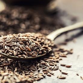 Кимионът е един от най-мощните стимулатори на храносмилателната система. Той охлажда храносмилането, като в същото време увеличава активността му, и усилва размножаването на полезните чревни бактерии. Семената му съдържат желязо, калций, калий и витамин С, което ги прави полезни при предменструален синдром. Лапи от зърна кимион помагат при силно газообразуване и стомашно разстройство. Залейте с гореща вода 3 ч.л. зърна, стрийте ги и добавете зелена хума, за да се получи каша. Нанесете сместа върху корема и я оставете да действа около 20 минути.