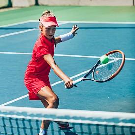 Тенис: помага да се развият добри реакции и с времето развива стегната, атлетична фигура. Препоръчителна възраст за старт: 7-9 години.