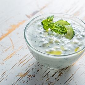 Следобедна закуска – пикантно кисело мляко. Нарежете 100 г краставица, пасирайте заедно с 200 г кисело мляко (1,5% масленост ) и 1 лъжица копър. Посолете и добавете кайенски пипер. Около 100 калории