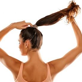 """Ако обичайно ходите с вързана коса, особено в топлите дни, за да не ви запарва, дайте й почивка от опашките. Косата ви също има нужда да """"диша""""."""
