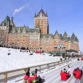 Традиционното спускане с шейни по склона край замъка Фронтенак по време на зимния карнавал в Квебек