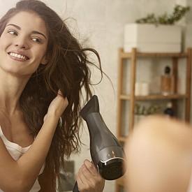 Не прекалявайте със сешоара! Въпреки че новите уреди са щадящи, всекидневната им употреба не е особено полезна за косата, която се дехидратира и губи блясък. Използвайте спрейове за топлинна обработка.