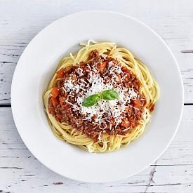 """Четвъртък -  Обяд: Зелена салата, спагети с доматен сос. / Десерт на деня - Чийз кейк: Сложете в хладилника две купички. Разтопете 4 листа желатин във вода. Стрийте на трохи 4 бисквити """"Закуска"""" и ги притиснете по дъното и стените на купичките, след което отново ги оставете на студено. Смесете 50 г нискомаслено сирене """"Филаделфия"""" със 100 мл прясно полумаслено мляко и малко ванилия. Сложете сместа в съд на котлона и я разбийте, докато стане пухкава. Добавете ¾ от желатина. Разпределете крема в двете купички върху бисквитените трохи и го сложете за 30 минути в хладилника. Останалия желатин добавете към 50 г затоплено  малиново желе. Когато изстине, го разстелете върху крема. Оставете десерта за 10 минути във фризера и за още 1 час в хладилника./ Вечеря: Бъркани яйца, пюре от спанак, препечена филийка хляб, натурално кисело мляко с 1 ч.л. конфитюр."""