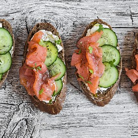 Вечеря – сандвич със сьомга и краставица и плодова напитка. Намажете 2 филии черен хляб (80 г) тънко с горчица и 1 лъжичка прясно сирене (0,2 % масленост). Сложете лист салата, 4 тънки резена сьомга и 4 резена краставица. Направете сандвич, като захлупите филиите.  Към това си направете и плодова напитка: пасирайте 3 сливи, 150 г кисело мляко (1,5% масленост) и ½ чаша минерална вода. Можете да добавите малко канела и подсладител. Около 250 калории