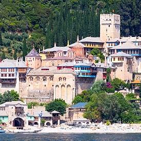 """Манастирът """"Дохиар"""", който може да се види от морето."""