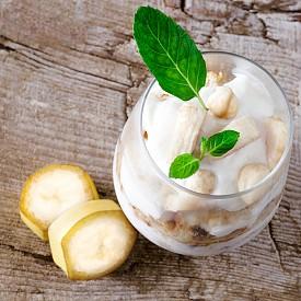 Втора закуска – кисело мляко с банан.  150 г кисело мляко (1,5% масленост) подправете с малко ванилия или канела. Нарежете 5 тънки парчета банан отгоре.  Около 100 калории.
