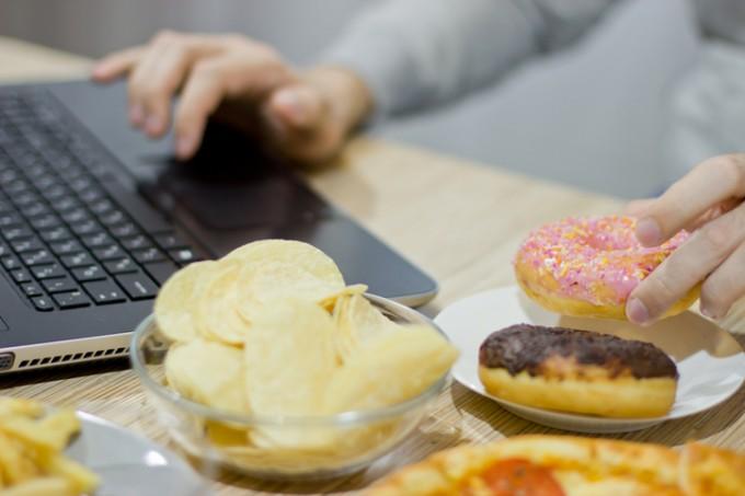 Жените, които работят извънредно, се хранят нездравословно.